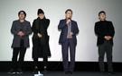 文在寅大統領が7日午前、ソウル龍山CGVで開かれた6月民主抗争を題材にした映画『1987』を観覧した後、観客らと対話を交わすために映画監督、俳優らと舞台の上に上がっている。感想を求めた司会者の要請に劇中の李韓烈烈士役を演じた俳優カン・ドンウォンが(左から2番目)が涙を拭いている。左は映画で対共捜査処長役を演じた俳優キム・ユンソク。(写真=青瓦台写真記者団)