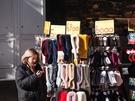 今シーズン韓国で流行中のふわふわのファーマフラーなどが、1万ウォン以下の手頃な価格で手に入るお店も。