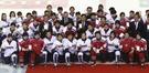 昨年4月江陵で開かれた世界選手権南北対決が終わった後、両チームの選手たちが団体撮影をしている。当時、韓国が3-0で完勝した。