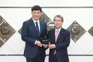 KBO広報大使の李承ヨプ(左)と鄭雲燦(チョン・ウンチャン)KBO総裁(写真=KBO)