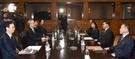 平昌冬季五輪を控えて北朝鮮芸術団派遣のために実務協議中の南北代表団。(統一部提供)