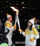 16日、ソウル汝矣島IFCモール付近を聖火を手に走っている俳優パク・ボゴム。