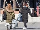 東大門といえば、大通りに連なるファッションビル。低価格で流行のアイテムが手に入るため、大量買いする人も少なくありません。