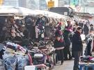 通り沿いの出店には、手袋やマフラーなどのあったかグッズを中心に季節感のある商品が並びます。もし、寒さ対策用の忘れ物があっても、防寒グッズを現地で調達するのもあり。