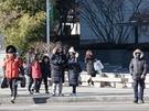 保温性の高いロングコートや、防寒対策としてマスクを着用する人が多く見られました。
