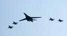 米空軍超音速戦略爆撃機B-1Bランサーが昨年9月13日、京畿道烏山空軍基地の上空でF-16戦闘機4機の護衛を受けて作戦を遂行している。韓米は北朝鮮の5回目の核実験(昨年9月9日)に対する強力な対北朝鮮武力示威レベルで、B-1Bをはじめ米軍戦略武器を次々と韓半島に展開することにした。(写真=共同取材団)