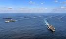 米海軍の原子力空母3隻が昨年11月12日、東海上の韓国作戦区域(KTO)に入り、韓国海軍と連合訓練をしている。連合訓練に韓国海軍からは駆逐艦「世宗大王」など7隻が、米海軍からは空母3隻を含めてイージス艦11隻などが参加した。米空母3隻が合同訓練をしたのは2007年以来10年ぶりで、韓国海軍が米空母3隻と連合訓練をするのは創軍以来初めて。先頭は左から順に「ニミッツ」(CVN-68)、「ロナルド・レーガン」(CVN-76)、「セオドア・ルーズベルト」(CVN-71)、2列目の左は「西厓柳成龍」(DDG-993)、右は「世宗大王」(DDG-991)。(写真=海軍)