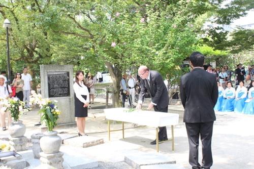 昨年8月、アレン・グリーンバーグ駐大阪・神戸米国総領事(右)が広島平和記念公園で行われた韓国人原爆犠牲者慰霊祭に出席し、韓国人犠牲者の慰霊碑の前で献花している。(写真=広島韓国総領事館)