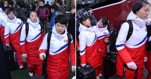 北朝鮮選手団や応援団、テコンドー模範競技団などの平昌冬季五輪参加に関する施設を点検するため、北朝鮮側先発隊と南北合同チームに参加する北朝鮮女子アイスホッケー選手団が25日午前、京義線CIQを通じてソウルに入った。北朝鮮女子アイスホッケー選手団がバスから降りている。(写真=共同取材団)