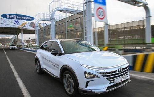 現代車の自律走行燃料電池車ネクソ(NEXO)が大関嶺(テグァルリョン)料金所を通過している。(写真=現代車)