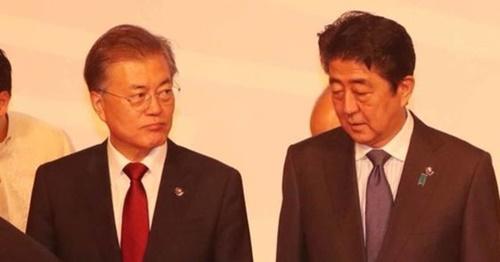昨年11月、文在寅大統領と日本の安倍晋三首相がフィリピン・マニラで開かれた第20回ASEANプラス3首脳会議に先立ち記念撮影に臨んでいる。(写真=中央フォト)