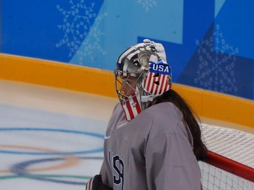「自由の女神像」が描かれた米国女子アイスホッケー代表チームGKのニコール・ヘンズリーのマスク。