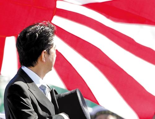 安倍首相と旭日旗