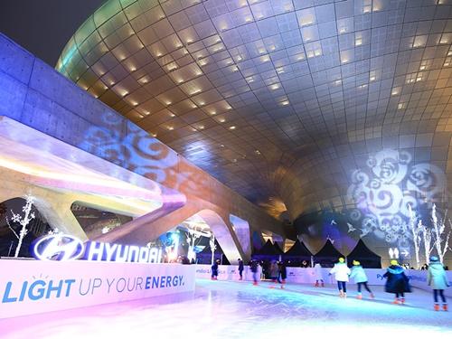 オウルリム広場には、2017年12月からアイスリンクも設置されています。利用時間は13:30~21:30、利用料はスケート靴とヘルメットレンタルを含み1時間1,000ウォン。夜のライトアップされる時間に訪れると、幻想的な光景も楽しめます。※写真提供:「東大門デザインプラザ」