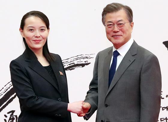握手を交わす文在寅大統領(右)と金与正特使(写真=青瓦台写真記者団)