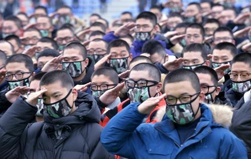 2018年の最初の入営行事が2日午後、忠清南道論山(ノンサン)陸軍訓練所内の入営審査隊で開かれた。この日入隊した副士官候補生881人と訓練兵827人の計1708人が親に挙手敬礼している。陸軍訓練所はこの日の入営をはじめ、今年1年間に約13万人の大韓民国の若者が入所する予定だと明らかにした。