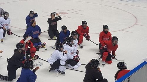 江原道江陵の関東ホッケーセンターでの初練習を消化した日本女アイスホッケー代表チーム。