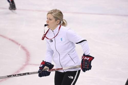 女子アイスホッケー南北合同チームの練習を指導しているセラ・マリー監督。(中央フォト)