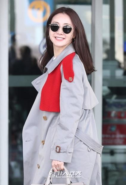 14日午前、仁川国際空港第2旅客ターミナル出国ロビーに登場し、取材陣に向けて笑顔を浮かべている女優のチェ・ジウ。