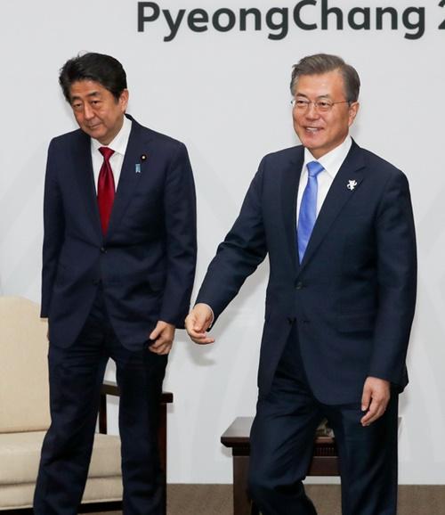 文在寅大統領(右)が9日午後、江原道平昌で平昌五輪開会式出席のために訪韓した安倍晋三首相と首脳会談を行い、懸案について話し合った。