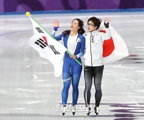 スピードスケート女子500メートルに出場した李相花が銀メダルを確定した後、太極旗を手にしてリンクを回っている。そばには金メダルの小平奈緒。