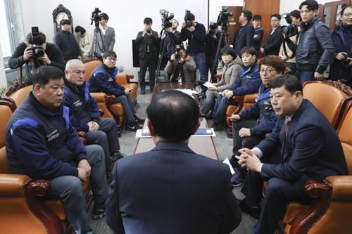 韓国GMのイム・ハンテク労働組合委員長、キム・ジェホン群山支会長(左から)ら労働組合員が19日、国会を訪問し、GM群山工場閉鎖決定に関連して張秉浣(チャン・ビョンワン)産業通商資源中小ベンチャー企業委員長(真ん中)と面談している。