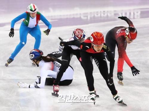 20日、江陵アイスアリーナで行われた平昌冬季オリンピック女子ショートトラック3000メートルリレーで、韓国のキム・アランがキム・イェジンを押し出す時に転倒している。