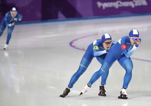 19日に行われたスピードスケート女子団体追い抜きの競技後半、前を走るキム・ボルム、パク・ジウと遅れをとったノ・ソヨン。(日刊スポーツ)