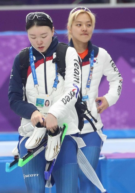 ぎこちない雰囲気で競技場を出るノ・ソンヨン(左)とキム・ボルム。
