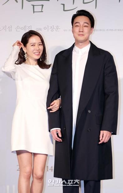 22日、ソウル・ロッテシネマ建大入口店で行われた映画『いま、会いにゆきます』の制作報告会で、ポーズを取っている女優のソン・イェジン(左)と俳優のソ・ジソブ。