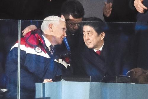 2018年平昌冬季五輪開会式に参加したマイク・ペンス米国副大統領(左)と安倍晋三日本首相(右)