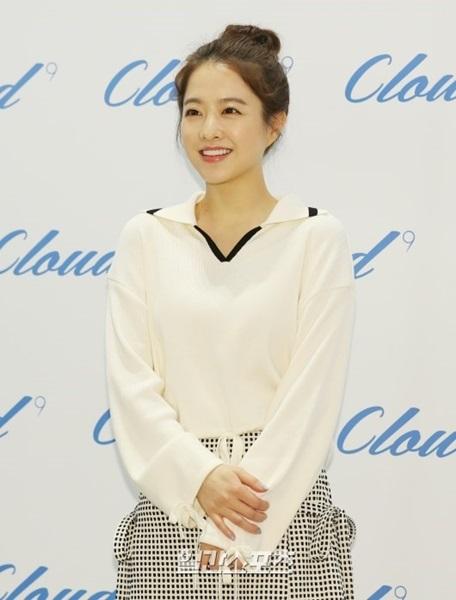 23日午後、ソウル中区新世界百貨店で開かれたサイン会に参加するため、コスメチック売り場に登場した女優パク・ボヨン