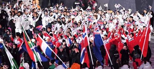 南北選手団が25日午後、江原道平昌五輪スタジアムで開かれた閉会式で入場をしている。