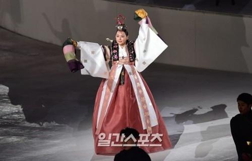 25日、平昌オリンピックスタジアム行われた2018年平昌冬季五輪閉会式で、宮中舞踊の春鶯舞を披露している女優のイ・ハヌィ。