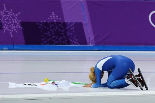 マススタートで銀メダルを獲得した後、観客の前で謝罪の意を込めて土下座するキム・ボルム。(中央フォト)