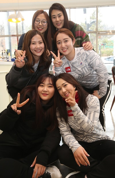 韓国女子カーリング代表チームが28日、大邱で中央日報とインタビューをした。左下のキム・チョヒから時計回りでキム・ウンジョン、キム・ソニョン、キム・ミンジョン監督、キム・ヨンミ、キム・ギョンエ。