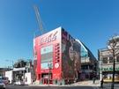 若者の街、弘大(ホンデ)に突如現れた、巨大なコカ・コーラの自販機。高さが20メートルもあります。