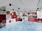 ゲームコーナーではアイスホッケーやボブスレーを体験できるだけでなく、ミッションをクリアした参加者にコカ・コーラグッズがつまったUFOキャッチャーへの挑戦権が与えられるなど、エンタメ性抜群。