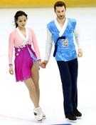 華麗な韓服ファッションのミン・ユラとゲームリン