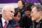 文在寅大統領とペンス米副大統領が10日、江陵アイスアリーナで行われた2018平昌冬季五輪のショートトラック男女予選を見ながら対話をしている。(青瓦台提供)