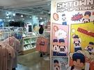 中でも韓国の大手芸能事務所の公式ショップが一ヶ所に集まっており、韓国内外から多くのK-POPファンが訪れています。地下1階と1階にはSMエンターテイメントの公式グッズショップ「SMTOWN GIFTSHOPロッテヤングプラザ店」が入店。