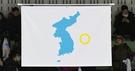 平昌冬季五輪を控えて4日午後、仁川の仙鶴(ソンハク)国際スケートリンクで女子アイスホッケー南北合同チームとスウェーデン代表チームとの評価試合が開催された。試合に先立ち、統一旗が掲揚されている。この統一旗には独島が描かれている。(写真=共同取材団)