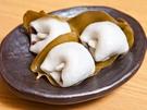 子どもから大人まで人気のもちもちとした食感のグルメ。韓国でも、おやつから食事まで幅広いメニューが揃います。韓国の伝統餅は、一般的にうるち米を使用しますが、日本と同じく粘り気のあるもち米を使ったものもあります。(写真は慶尚南道(キョンサンナムド)の郷土食であるマンゲトッ)