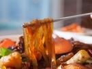 「チムタク(鶏の甘辛煮)」や「チャプチェ(春雨炒め)」には欠かせないタンミョン(韓国春雨)。韓国の春雨は、さつまいもでんぷんを使用。日本の春雨よりも太く、弾力があります。韓国にお越しの際は、日本と一味違う韓国のもっちり食感のグルメを楽しんでみてください。