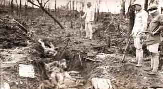 中国雲南省騰沖で朝鮮人慰安婦が虐殺されて捨てられる場面を撮った写真。米軍写真兵フランク・マンウォレン(Frank Manwarren)氏が撮影した。(ソウル市・ソウル大人権センター提供)