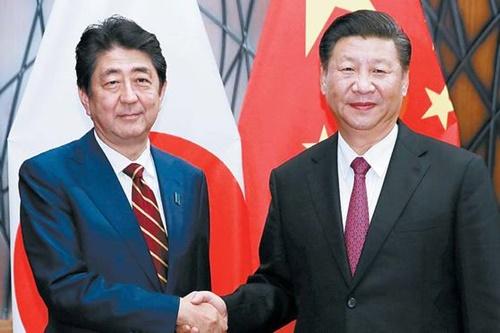日本の安倍晋三首相(左)と中国の習近平国家主席が昨年11月、ベトナム・ダナンで開かれたAPEC(アジア太平洋経済協力)首脳会議で会い、握手している。習主席は「両国関係の新しいスタート」と述べた。中国と日本の関係は最近、急速に近くなっている。(写真=中央フォト)
