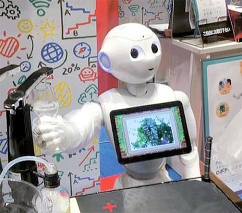 ソフトバンクが開発した人工知能ロボット「ペッパー」が2017年2月、東京で開かれた「2017ペッパーワールド」でワインを注ぐ機能を披露している。(写真提供=有進投資証券)
