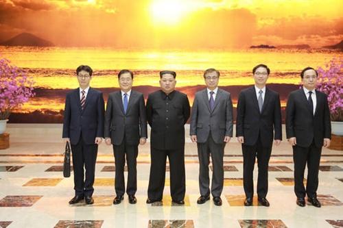 北朝鮮を訪問しているチョン・ウイヨン首席対北朝鮮特使など特使団が5日、平壌で金正恩北朝鮮労働党委員長と記念撮影をしている。左から尹建永青瓦台国政状況室長、首席特使のチョン・ウイヨン国家安保室長、金正恩委員長、徐薫国家情報院長、千海成統一部次官、、金相均国家情報院第2次長。(写真=青瓦台提供)