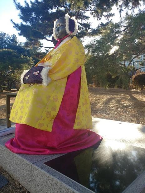 5日午後、京畿道水原のオリンピック公園内に設置されている平和の少女像の土台にはめ込まれていた詩人・高銀氏の追悼詩碑が撤去された後、別の石版が置かれている。