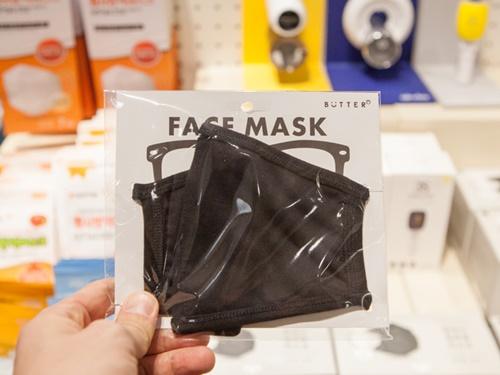 この時期になると特に気になるPM2.5。人気雑貨店「BUTTER 弘大店」ではオリジナルマスク(2枚、2,900ウォン)をはじめとした対策グッズのコーナーが設置されています。